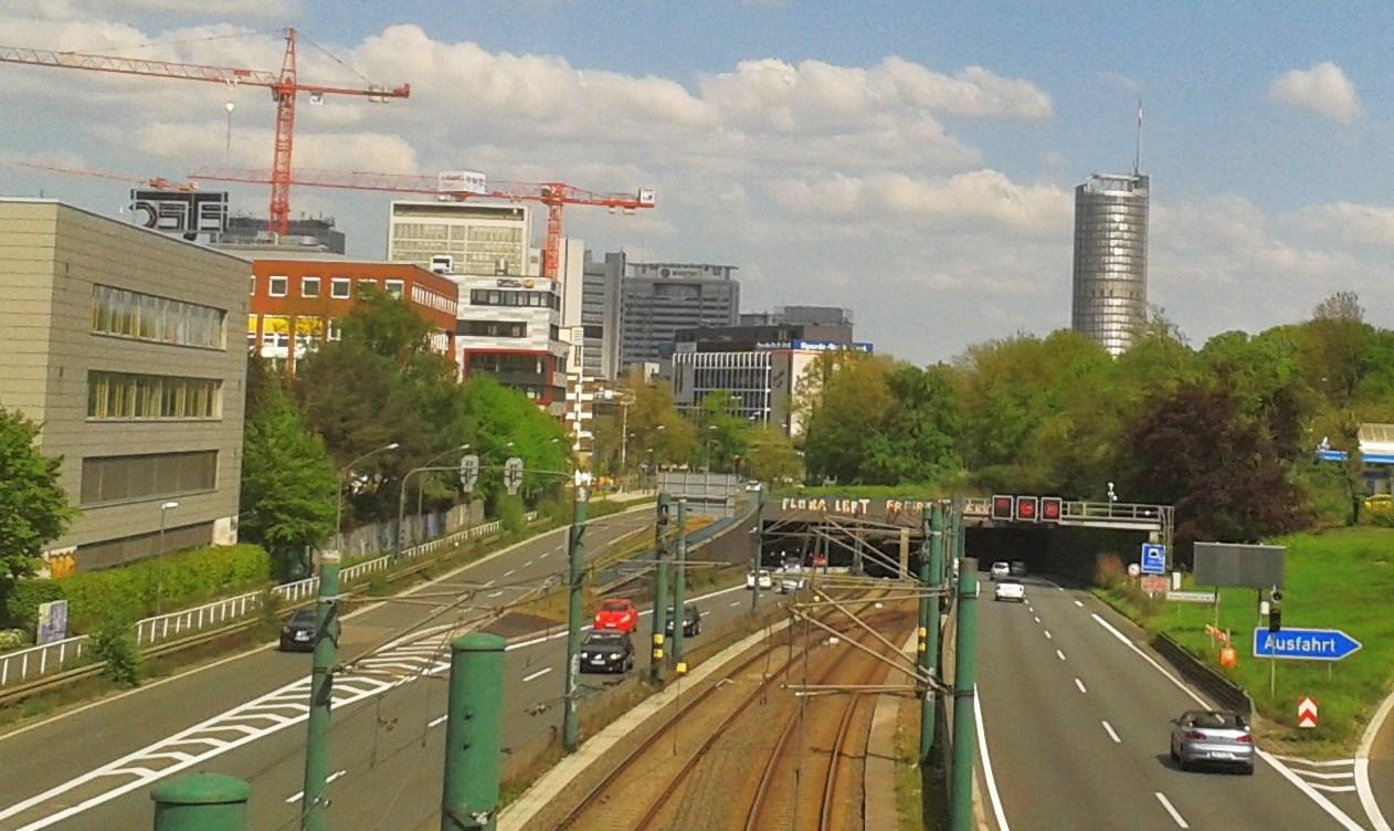 Ein Blick auf die A 40 Höhe Savigny Str. vor dem Tunnel