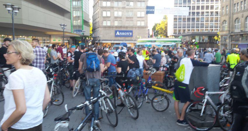 Viele Fahrräder auf dem Willy-Brand Platz Essen