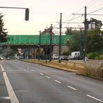 Von weitem eine normale Autobahnbrücke mit freundlich grüner Lärmschutzwand - von nahem leider ein problematischer Durchgang mit jder Menge taubenkot, Fern und allzuoft auch Taubenkadavern