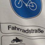 Besser, das Schild für eine Fahhrradstrasse ist verknautscht, als die RadfahrerInnen auf den anderen Strassen