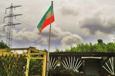NRW Flagge weht über Schrebergarten