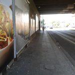 Bürgersteig unter der A42-Autobahnbrücke in Altenessen